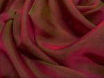 Tkanina jedwabna szyfon opalizujący jasne bordo z oliwkowym cieniem i światłem w kolorze fuksji