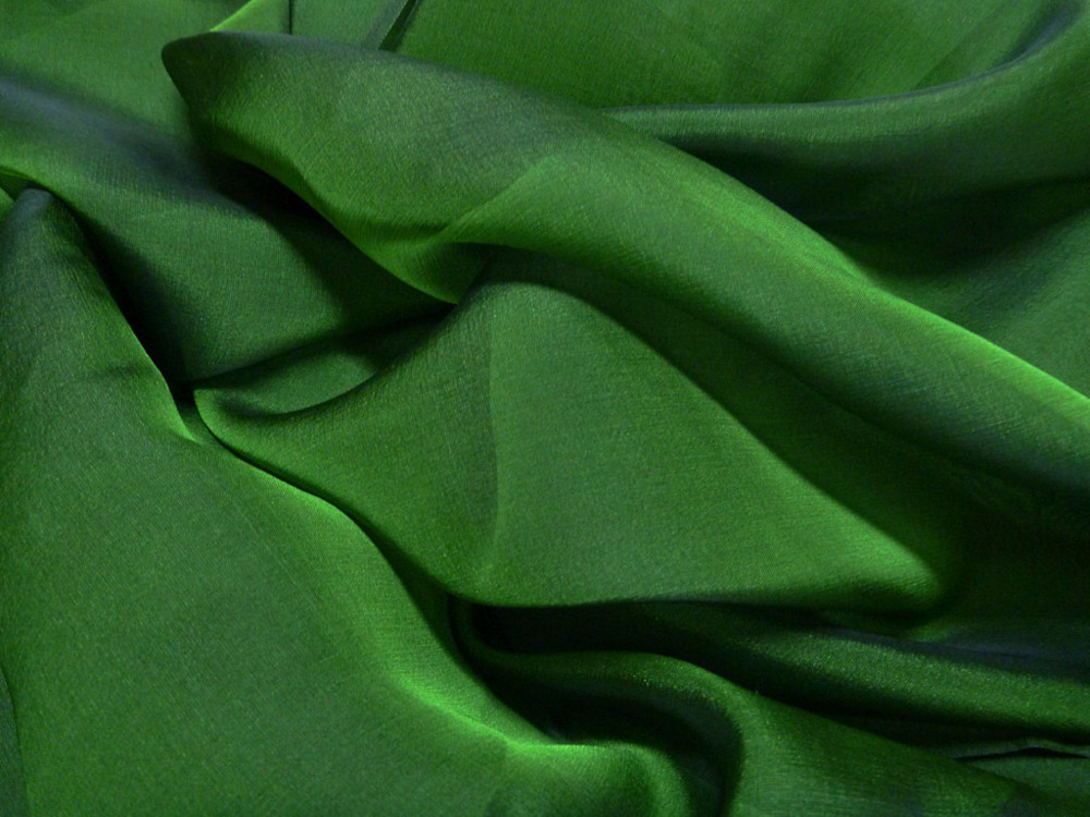 Tkanina jedwabna szyfon opalizujący w kolorze zielonym